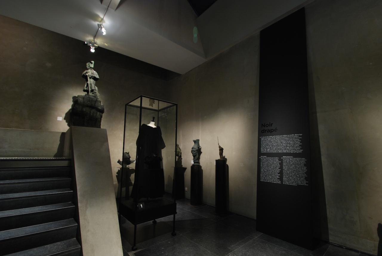 バレンシアガの黒