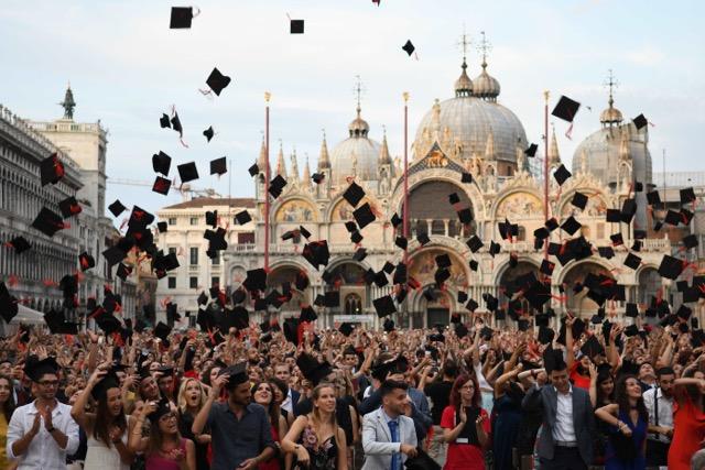 サンマルコ広場の卒業式