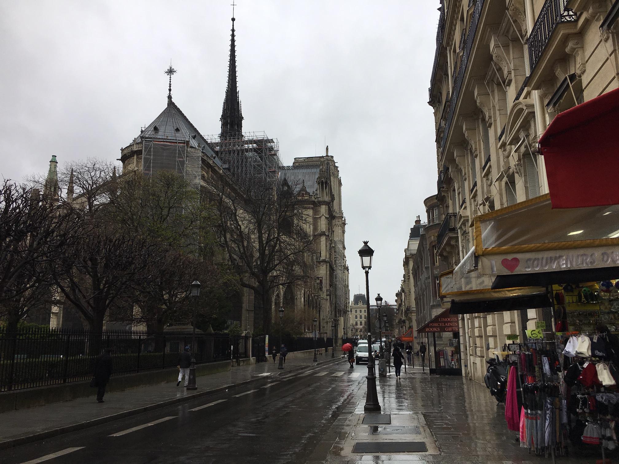 滞仏日記「雨の日のパリ・モノクローム」