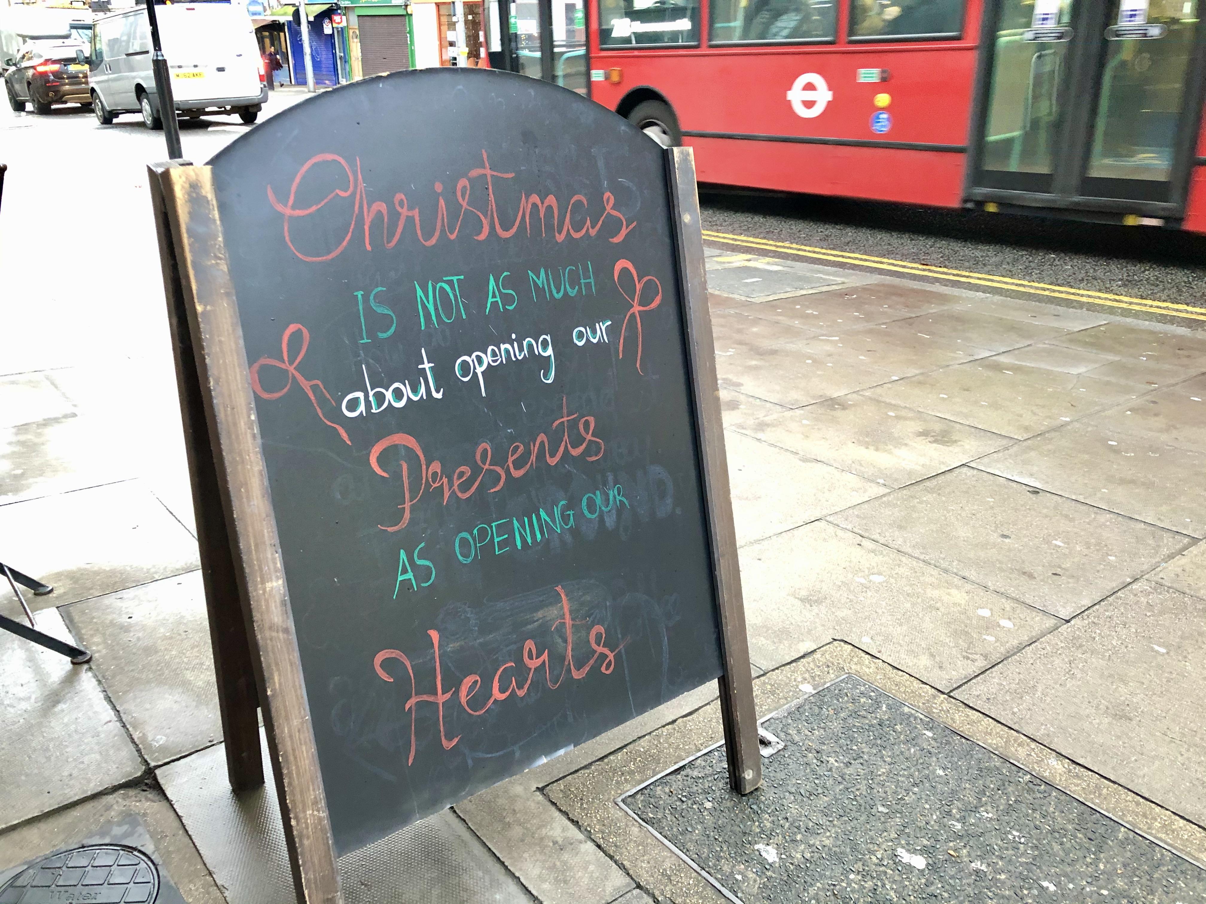 イギリス人は、なぜクリスマスにおバカなセーターを着るのか