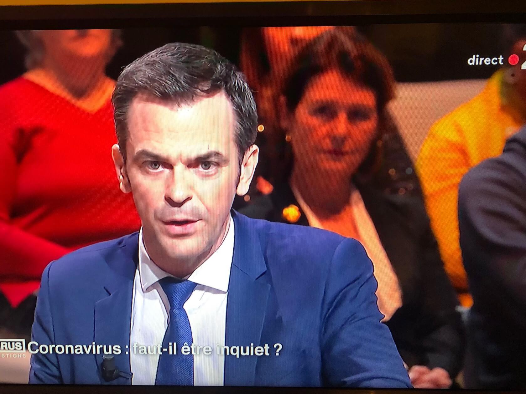 パリ最新情報2、「仏保健大臣、生放送で2時間メモ見ず国民に説明する」