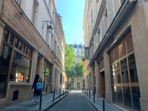 パリ最新情報「接触追跡アプリは人権の壁を越えて機能するか?」