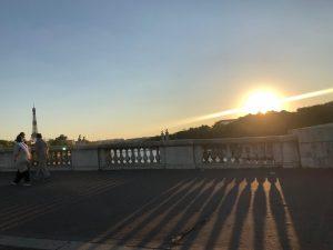 退屈日記「凱旋門の向こうに沈むシャンゼリゼの夕陽」