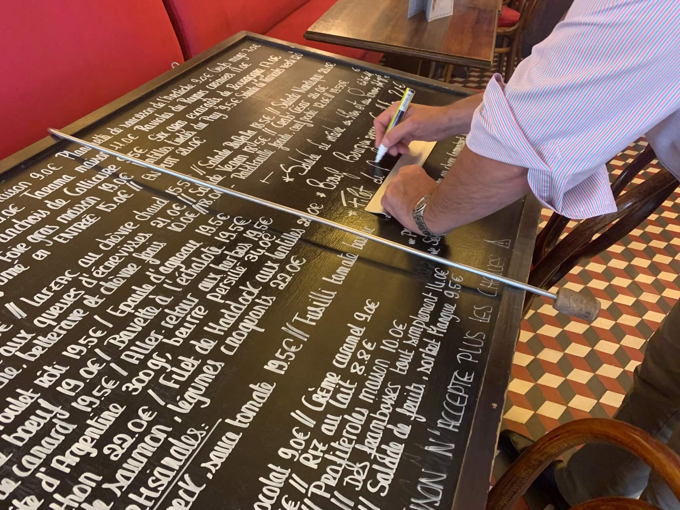 パリ最新情報「カフェの黒板メニュー文字の書き方」