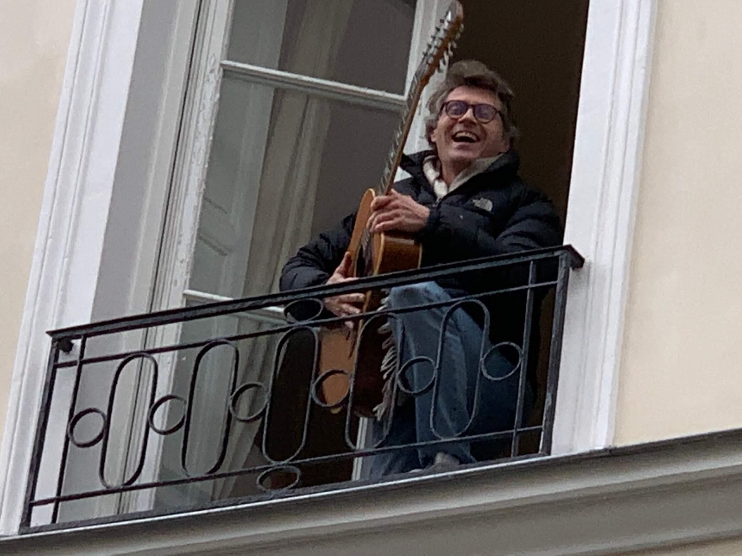 パリ最新情報「速報が続く、悲劇の父の日に、音楽で愛を繋ぐ」