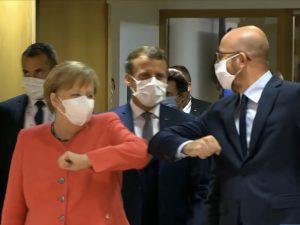 パリ最新情報「つい手が出ちゃうフランス人、握手をしない挨拶あれこれ」