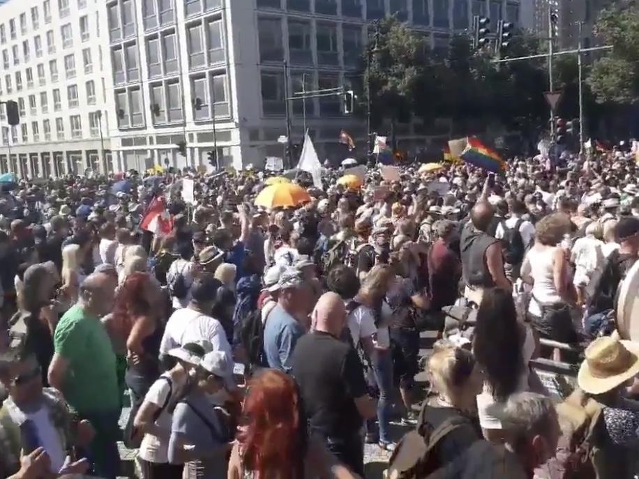 パリ最新情報「マスク着用反対ドイツ人がデモ。メルケルの苦悩」