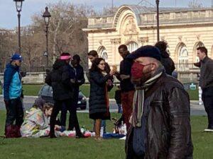 パリ最新情報「英国を見習え。若者の反乱」