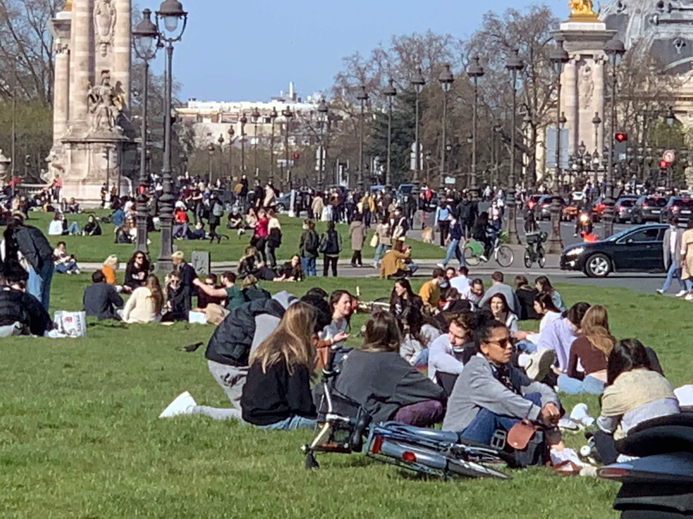 パリ最新情報「一日、4万人の新規感染者が出続けるフランスの出口はどこに」