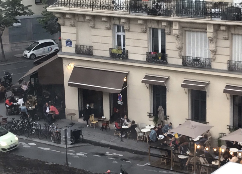 パリ最新情報「ハッピーテラス! と交わし合うフランス、ハメを外す人々も」