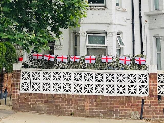 ロンドン最新情報「サッカー決勝で盛り上がるイギリスの抱える不安」