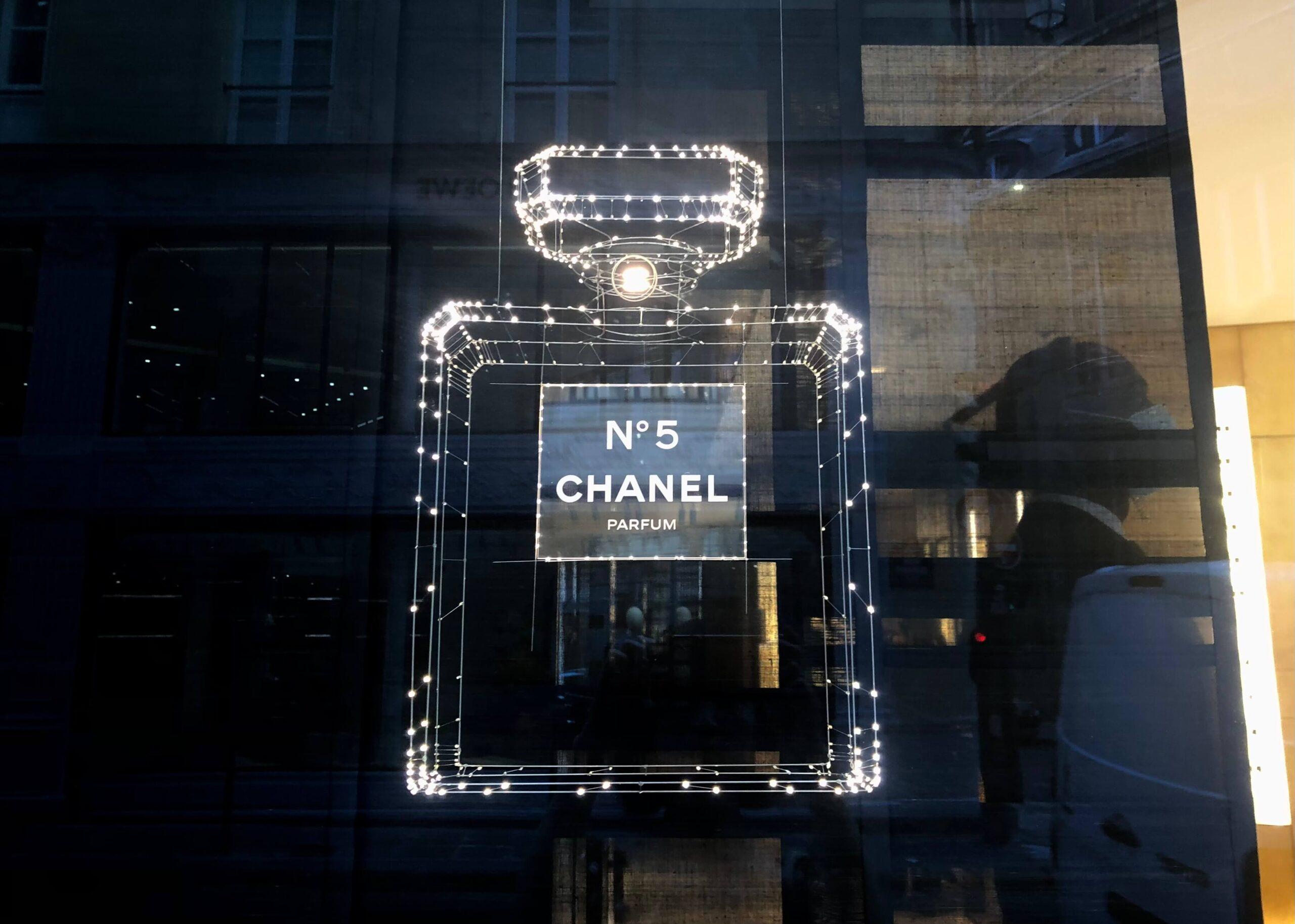 パリ最新情報「シャネル5番、100年の軌跡」