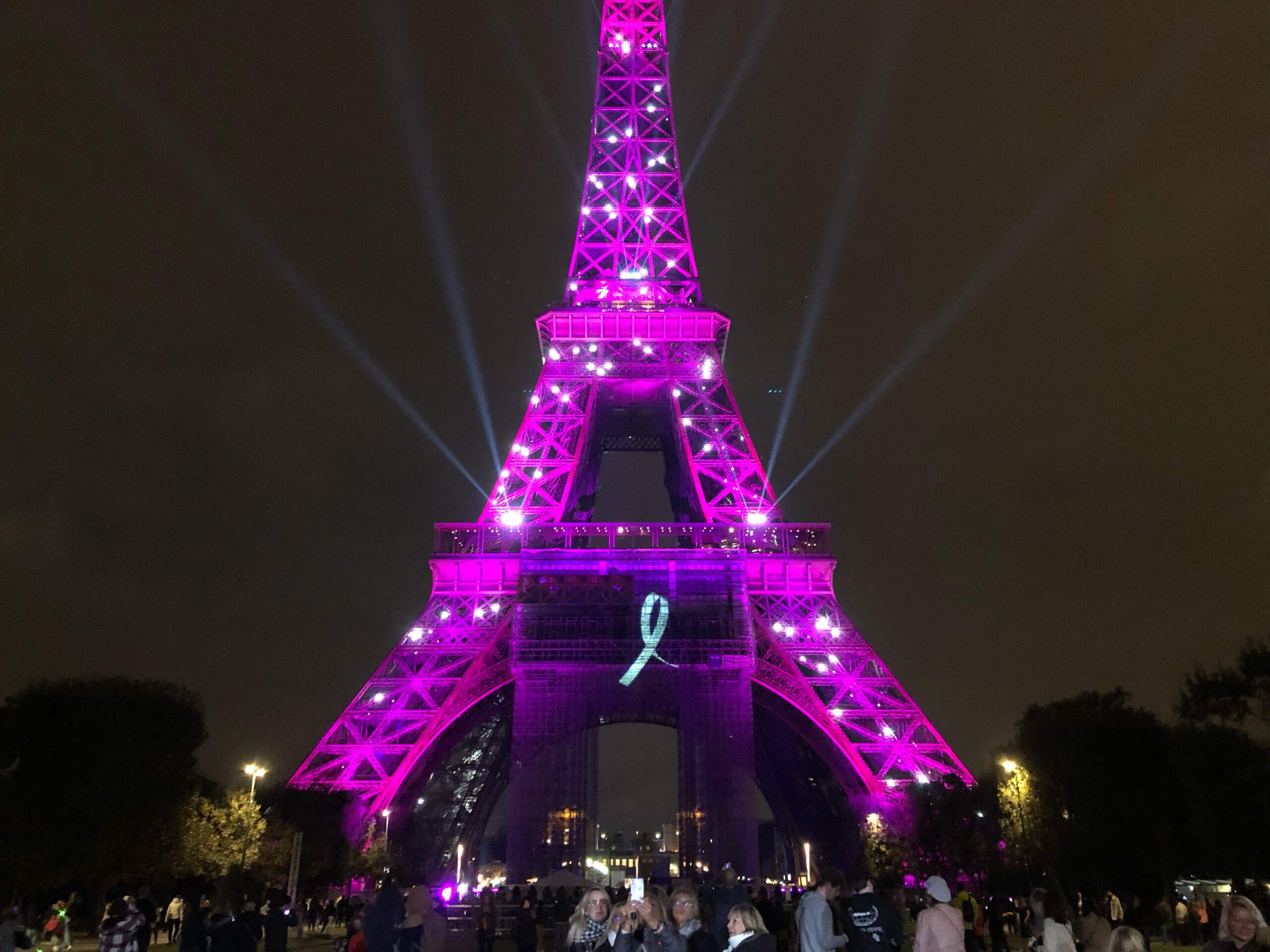 パリ最新情報「エッフェル塔がピンクに染まる。ピンクリボン月間スタート!」